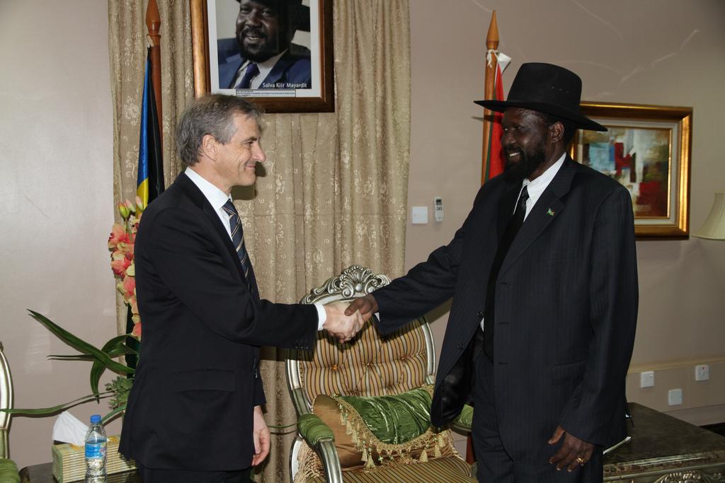 Daværende utenriksminister Jonas Gahr Støre hilser på Sør-Sudans president Salva Kiir Mayardit i Juba i 2010. Foto: Kjetil Elsebutangen, Utenriksdepartementet